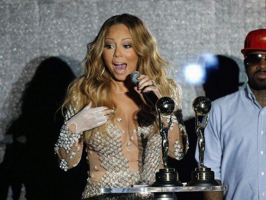 """Parlando al The Advocate nel 2010, Mariah Carey disse: """"Se dirlo rende felice qualcuno allora sia, ma non è la realtà. Non sono discriminatoria con i miei amici, quindi sì ho amiche lesbiche e non mi importa. Sentirmelo dire non mi offende affatto, posso mentire se serve a sembrare più eccitante""""."""
