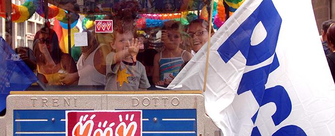 ©Alfonso Catalano / LaPresse 04-06-2005  Milano, Italia VARIE Gay Pride - manifestazione per i diritti degli omosessuali. Nella foto : il trenino di famiglie arcobaleno, associazione di genitori omosessuali