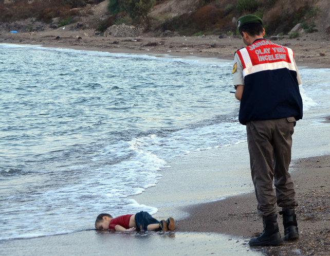 turchia-bodrum-bambino-siriano-profugo-migrante-morto-spiaggia-ansa-ap